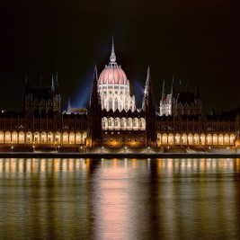 Budapest_Parlament_by_night_WUXGA
