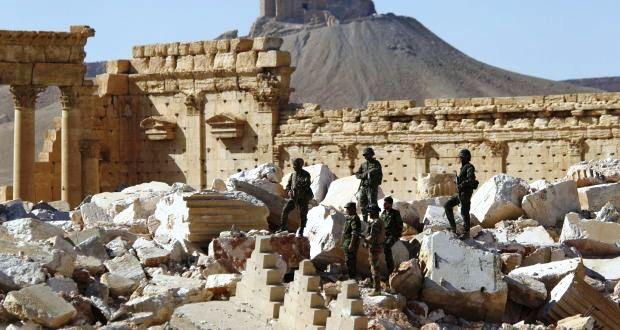 The_Irish_Times__Katonák_a_felszabadított_Palmyre_romjainál