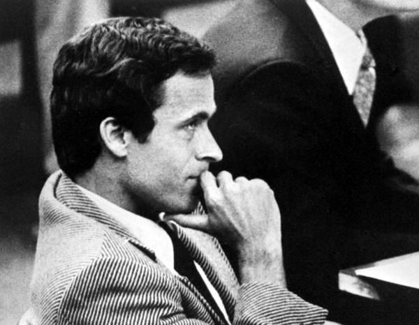 Ted Bundy tárgyaláson ()