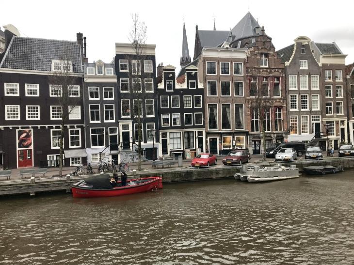 házak és folyó